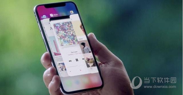 """此外,郭明池还称苹果打算在明年开始全面普及Face ID,也就是说明年苹果发布的新品都将支持这一功能,因为这样做能大大推动面部识别技术的发展。由于苹果发布会上Face ID关键时刻掉了链子,导致媒体的评论褒贬不一,而消费者还没有拿到iPhone X真机,所以对于Face ID还是处于盲人摸象阶段,谁都不清楚到底好不好用。 [[img ALT=""""苹果手机"""" src=""""http://simg."""
