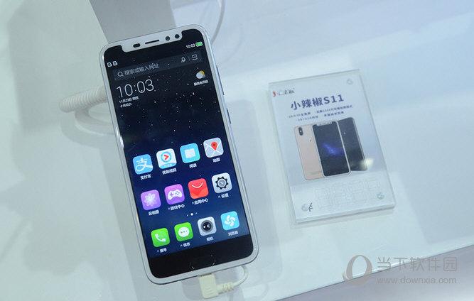 苹果推出iPhone X让大家叹为观止,iPhone X采用全面屏设计,刘海式的额头设计让人影像深刻,但iPhone X的售价也不是一般人能接受,小辣椒推出一款非常类似iPhone X设计的手机,拥有刘海式额头设计。  小辣椒S11是一款全面屏手机,采用内置iPhone X的刘海式额额头设计,实际上并非异形屏,屏比例为16:9,并不是全面屏手机的18:9比例,只能说是一款类似全面屏的手机。硬件配置方面配备3G+32G的储存组合,使用1300万像素的主摄像头,价格当然要比iPhone X便宜不少了,虽然有i