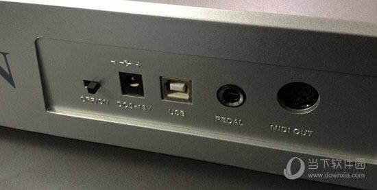 接口在MIDI键盘的背面