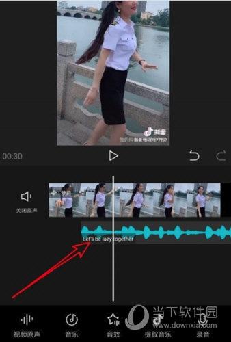 拖动音频轨道使之和视频相对应